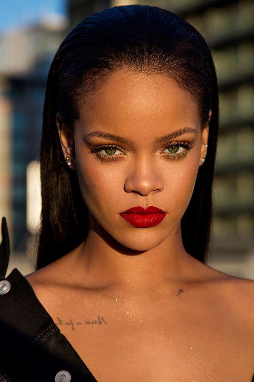 Sắc môi đỏ giúp nữ ca sĩ Rihanna thêm phần quyến rũ và sang trọng (năm 2017). (Ảnh: Getty)