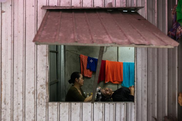 Bức Phụ nữ ở xóm Bờ Hồ của tác giả Nguyễn Anh Tuấn.