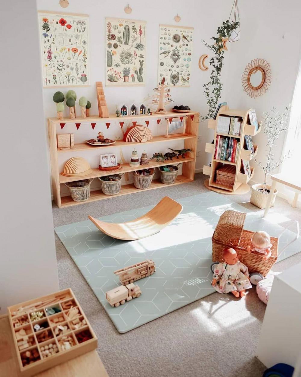 Hình 3. Một không gian vui chơi dễ thương và thân thiện với trẻ em với đồ nội thất bằng gỗ tự nhiên, đồ chơi và chậu cây xinh xắn và áp phích thực vật sống động gần gũi kích thích trí tưởng tượng của bé.