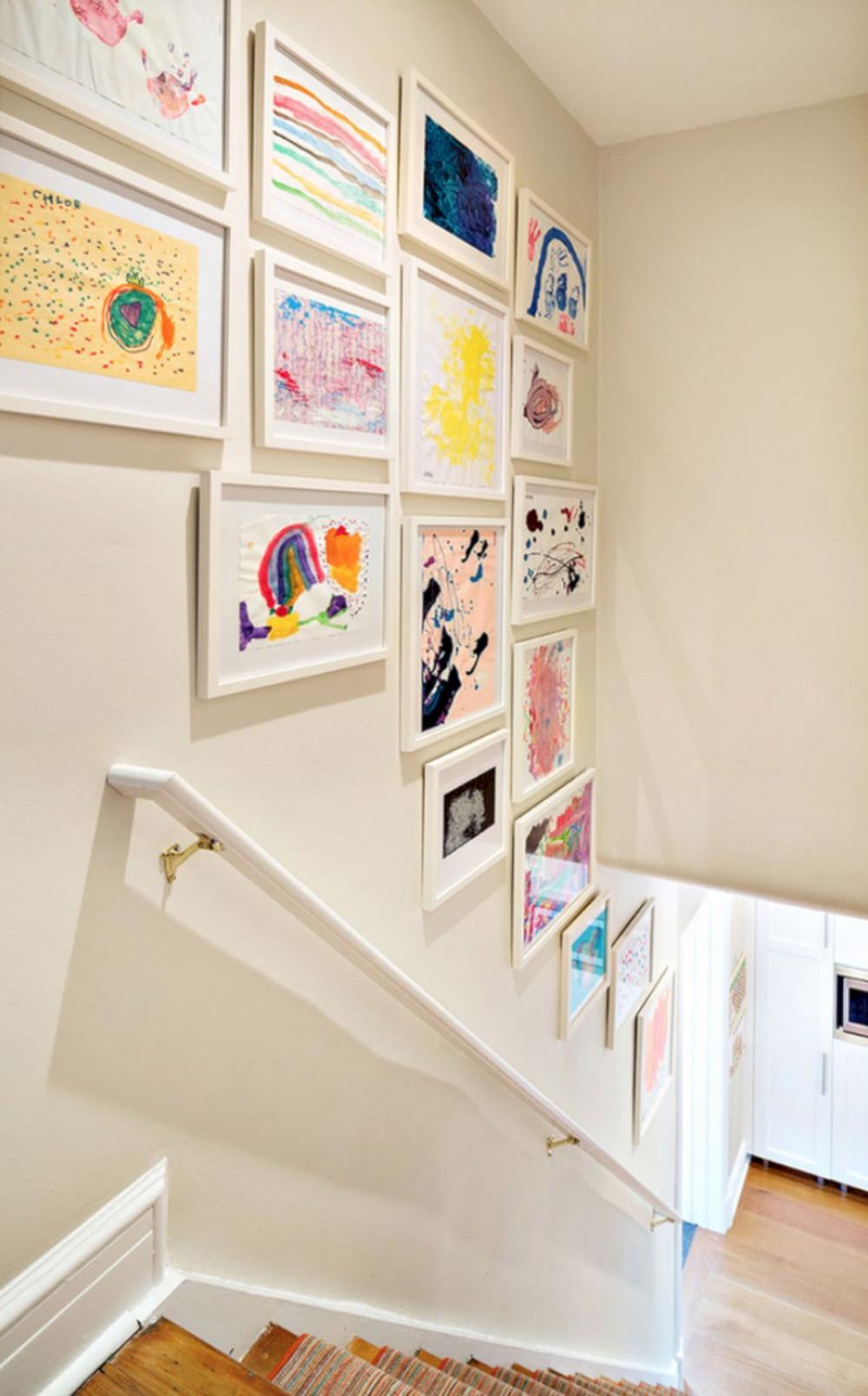 Hình 7. Thư viện tranh đầy phong cách phía trên cầu thang sẽ trưng bày những tác phẩm đẹp nhất của bé và giúp chúng sẽ được nhìn thấy bất cứ lúc nào một cách thích thú.