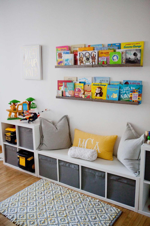 Hình 8. Một góc đọc sách dễ thương, độc đáo với một chiếc ghế dài êm ái cùng những chiếc gối và kệ gỗ trên tường để trưng bày những cuốn sách yêu thích.