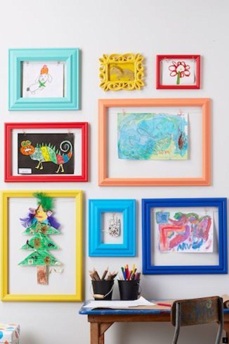 Hình 4. Một bức tường trở thành phòng trưng bày đầy màu sắc với các tác phẩm nghệ thuật của trẻ em- được đặt vào các khung đa dạng màu sắc là một ý tưởng trang trí đáng yêu và vô cùng tự hào.