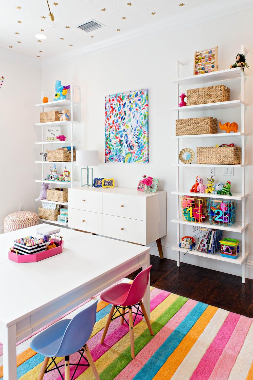 Phòng vui chơi đầy đủ phụ kiện trang trí nhiều màu sắc bắt mắt, hấp dẫn, đa chức năng để kích thích bé say mê học tập, vẽ tranh.