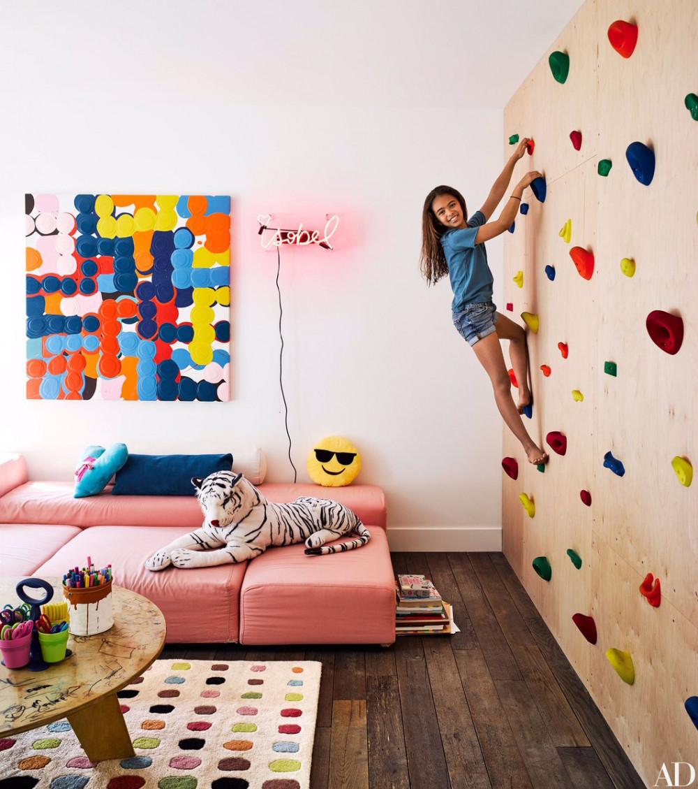 Hình 1. Phòng chơi trẻ em đầy màu sắc với tường leo núi vận động, ghế sofa màu hồng ngọt ngào, các tác phẩm nghệ thuật nhiều sắc màu, tấm thảm ngộ nghĩnh và những đồ chơi thủ công thỏa sức cho bé sáng tạo.