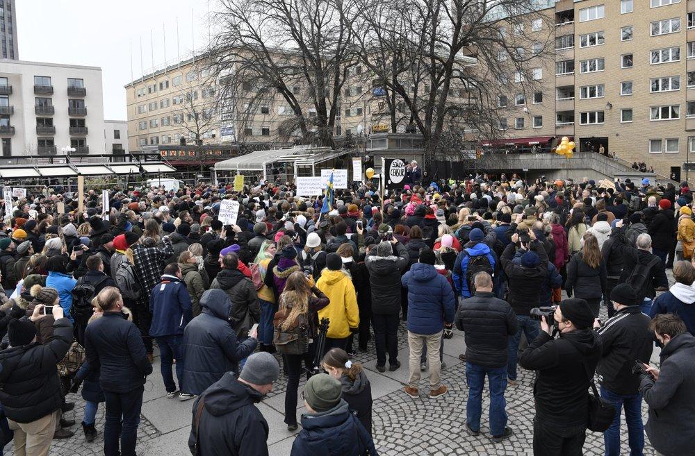 Hàng trăm người tụ tập phản đối các hạn chế COVID-19 tại Thụy Điển.