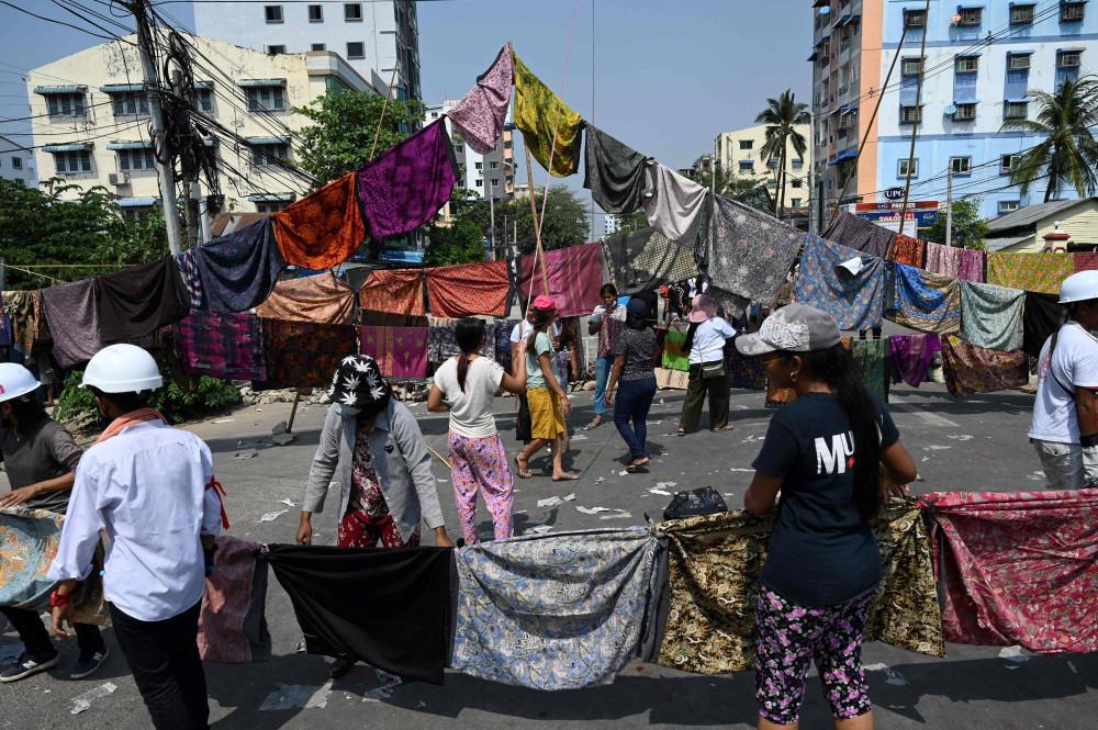 Người dân Yangon treo quần phụ nữ ngang đường để cản bước quân đội