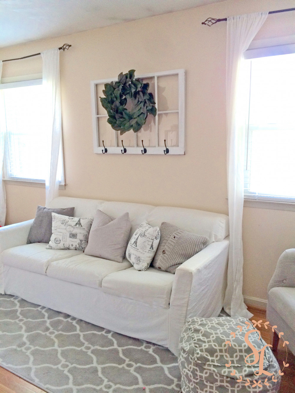 Hình 5. Khung cửa sổ trang trí mộc mạc đơn giản như một bức tranh đa năng dễ dàng thực hiện.