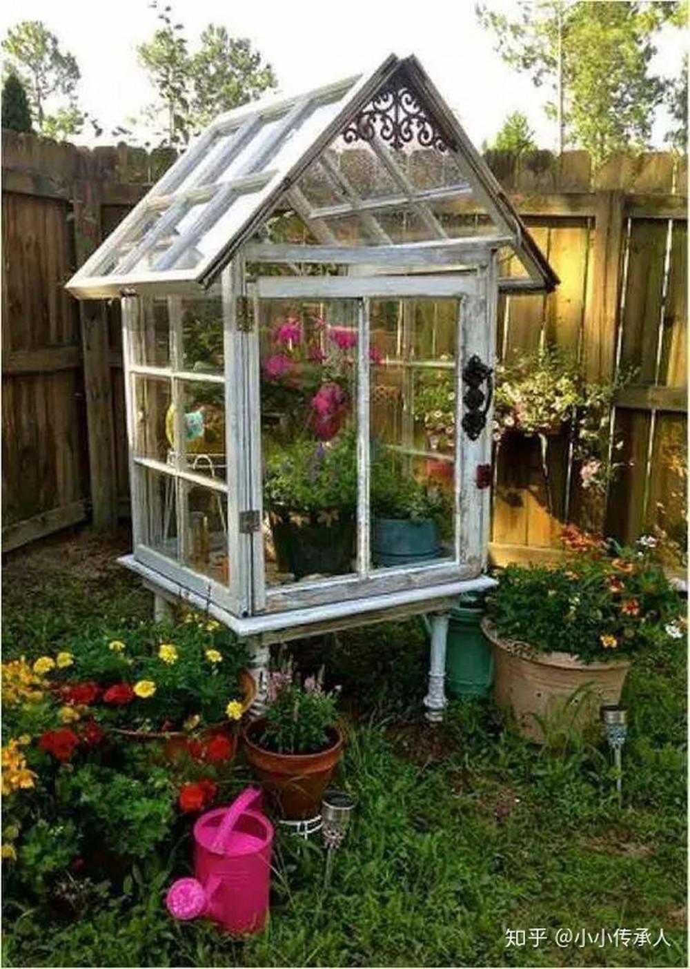 Hình 6. Một nhà kính lớn thu nhỏ được lắp ghép hoàn toàn từ 6 khung cửa sổ cũ với rất nhiều chậu cây được trồng bên trong ngát hương thơm trở thành tiểu cảnh cho sân vườn.