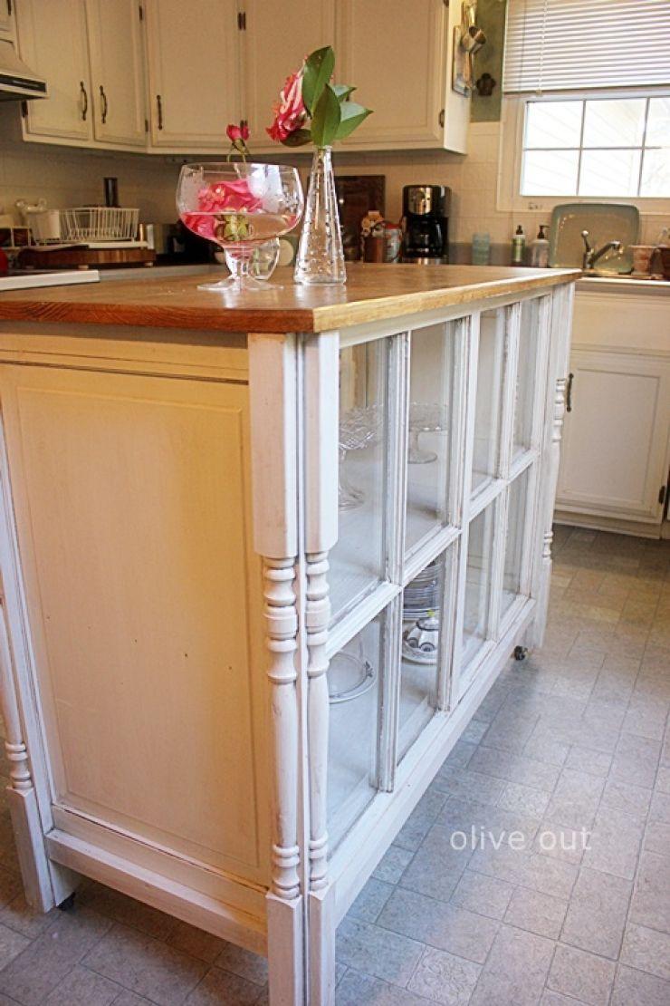 Hình 4. Căn bếp cổ điển với nội thất tủ đựng chia nhiều ngăn được ghép từ khung cửa sổ cũ là sáng tạo thú vị, tiện ích mà không kém phần tinh tế hiện đại.