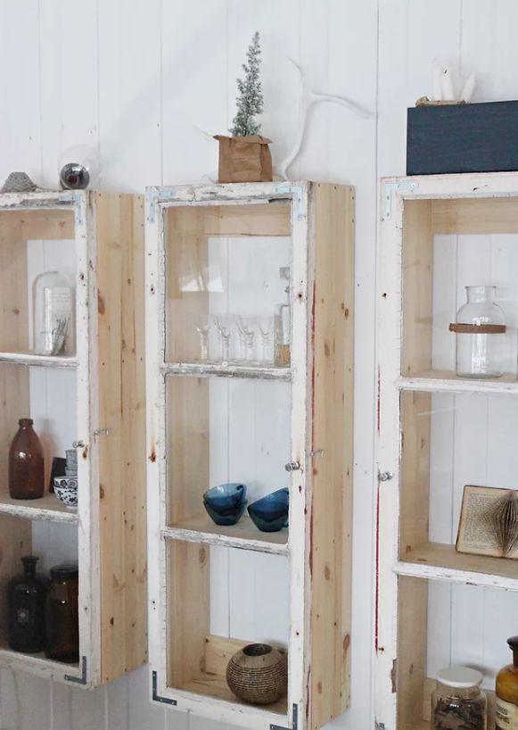Hình 1. Những khung cửa sổ cũ được lắp lại thành những chiếc tủ mộc mạc để  có thể treo trên tường đặt ở bất cứ đâu.