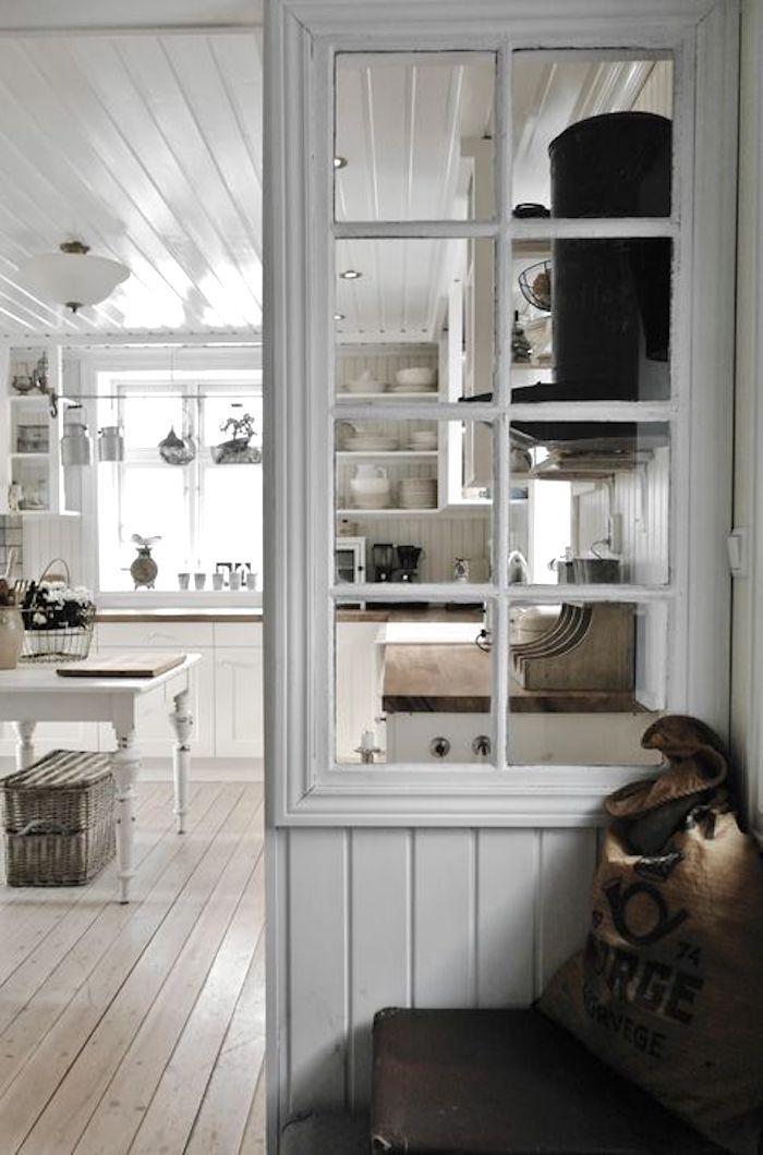 Hình 3. Một vách ngăn không gian làm bằng gỗ tích hợp bởi một khung cửa sổ cũ là một ý tưởng mới mẻ để tạo điểm nhấn trang trí nội thất trong nhà.