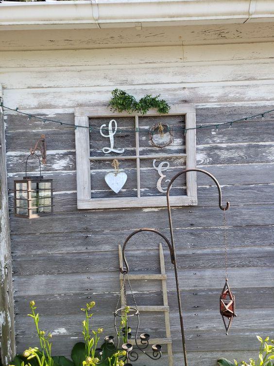 Hình 7. Một tác phẩm nghệ thuật mộc mạc, lãng mạn và dễ dàng làm bằng khung cửa sổ cũ vừa có thể trang trí bên ngoài vừa bài trí bên trong.