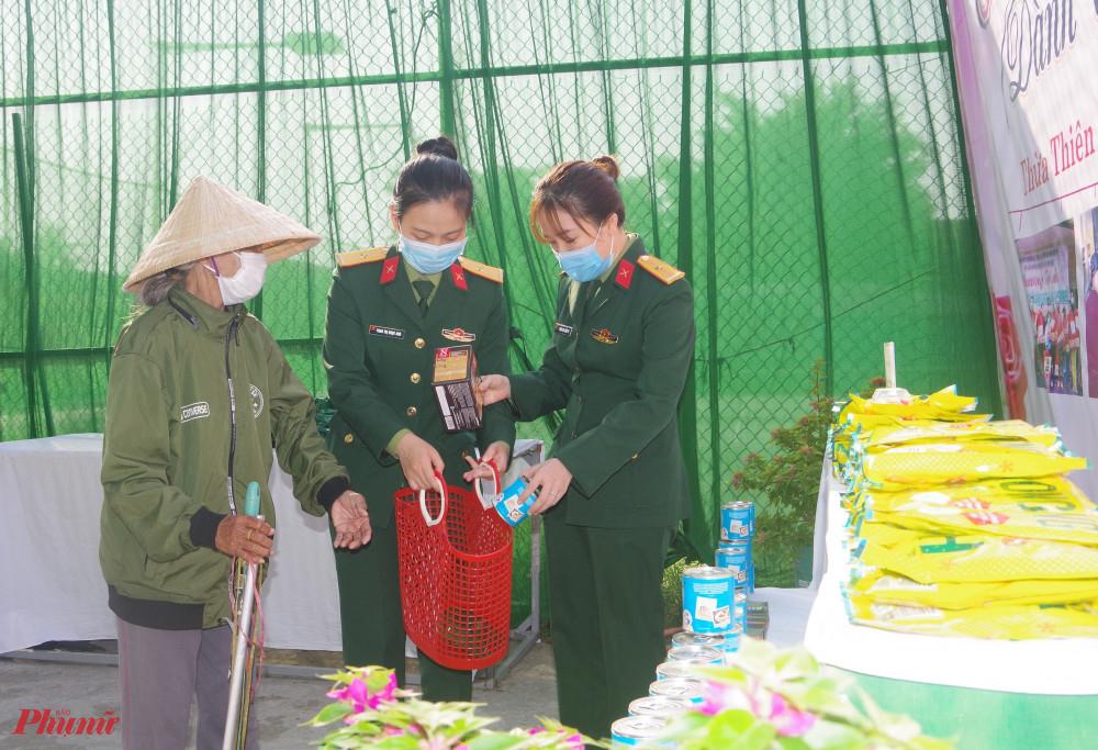 Hội viên phụ nữ Bộ CHQS tỉnh Thừa Thiên Huế giúp những người phụ nữ nghèo chọn hàng