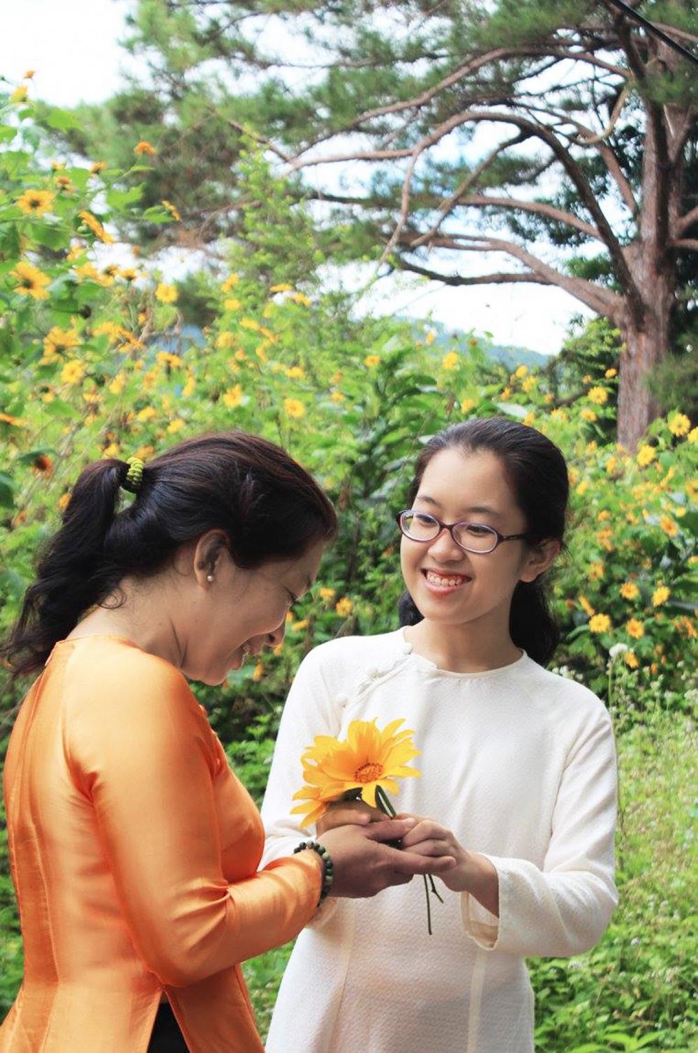 Chị Thanh Thúy cùng con gái Uyên Thư duyên dáng, năng động trong tà áo dài