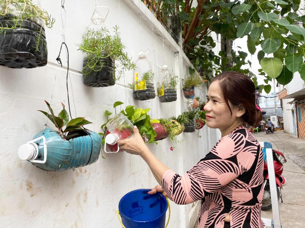 Phụ nữ P.14, Q.10 tham gia xây dựng mảng xanh trong các khu phố