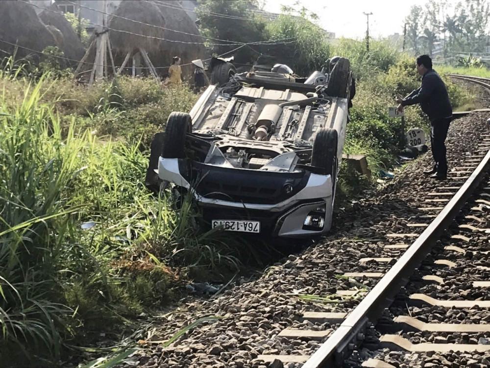 Chiếc xe ô tô 7 chổ bị lật ngửa, hư hỏng nặng sau vụ tai nạn khiến 1 người chết, 1 người bị thương nặng