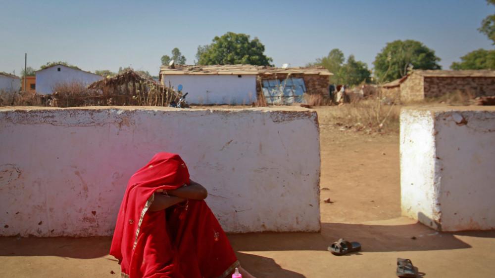 COVID-19 và đói nghèo đã khiến hàng triệu bé gái phải bỏ học để lấy chồng sớm - Ảnh: Sky News