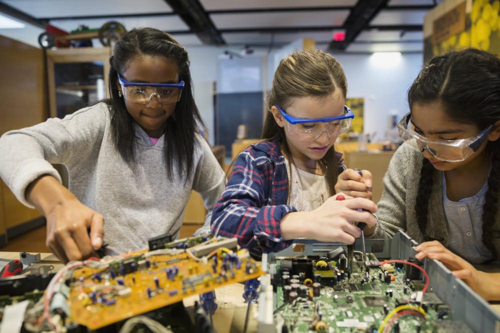 Theo  báo cáo từ UNESCO, nữ giới hiện chiếm 28% sinh viên tốt nghiệp ngành kỹ thuật, 40% sinh viên tốt nghiệp ngành khoa học máy tính, và 33% trong tổng số tất cả nhà  nghiên cứu trên thế giới