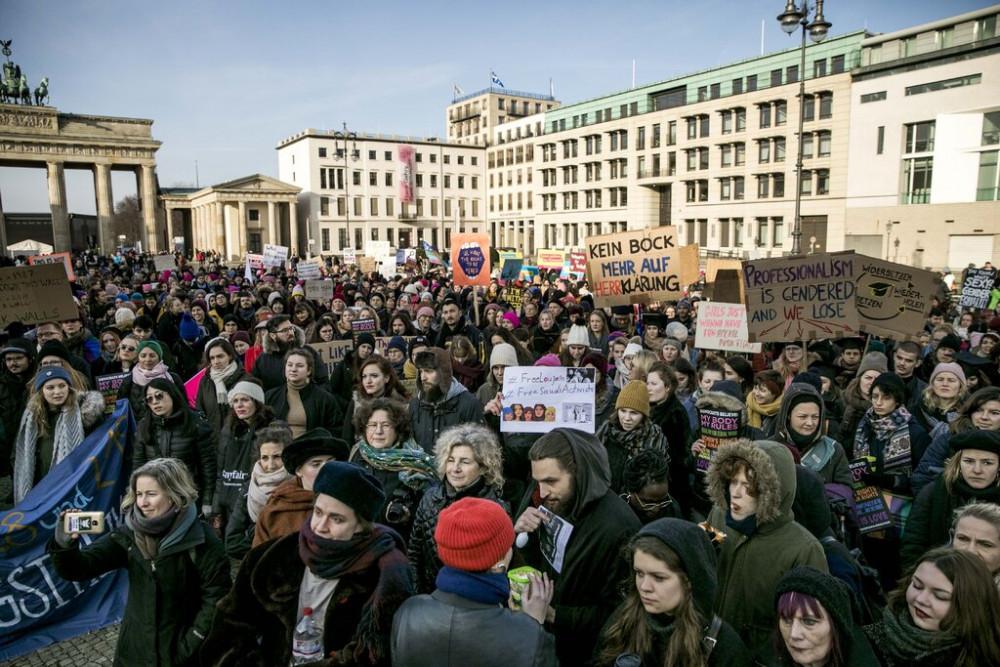 Một cuộc biểu tình ở Berlin trong ngày Quốc tế Phụ nữ năm 2019, kêu gọi quyền bình đẳng bao gồm thu hẹp khoảng cách lương giữa phụ nữ và nam giới. (Ảnh: Getty Images)
