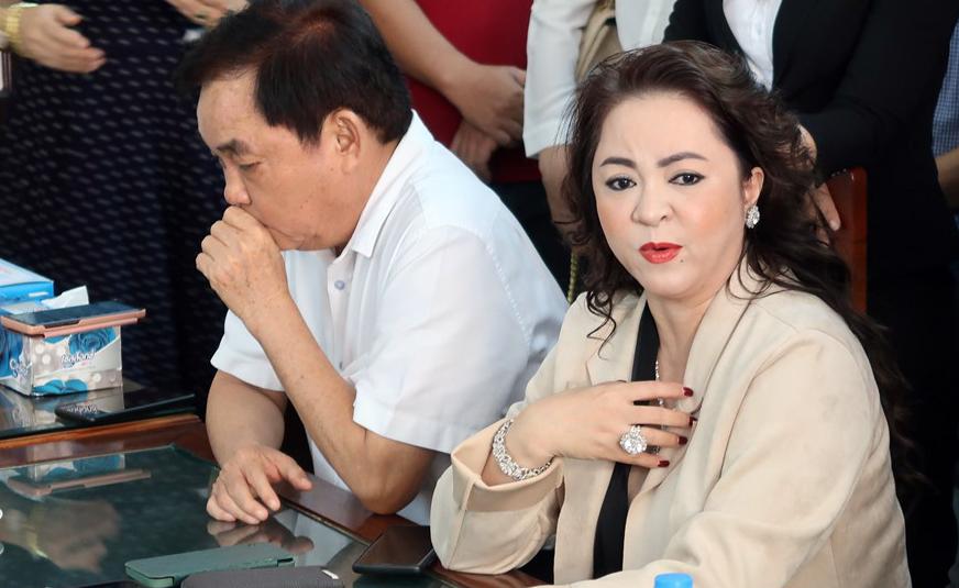 Vợ chồng ông Huỳnh Uy Dũng - bà Nguyễn Phương Hằng tại buổi đối chất với ông Võ Hoàng Yên