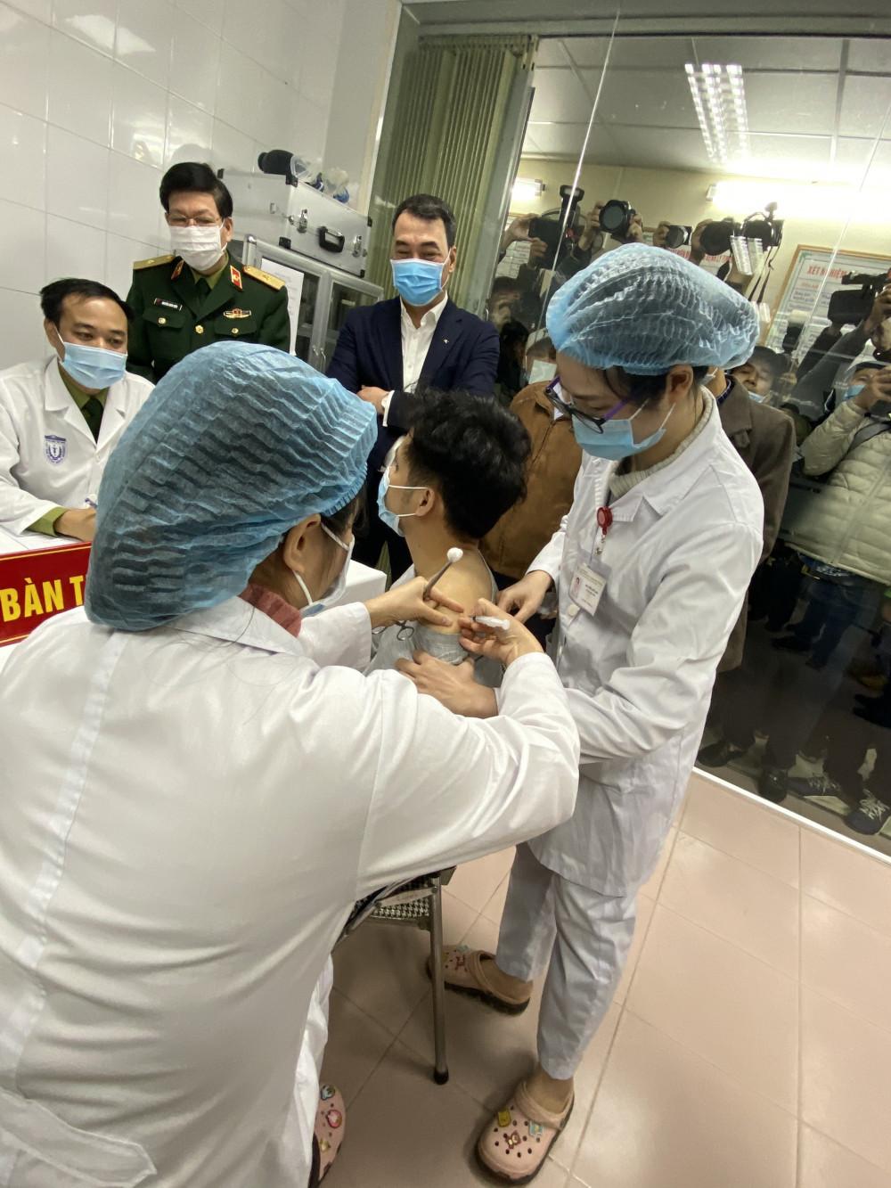 Tiêm thử nghiệm vắc xin ngừa COVID-19 tại Việt Nam