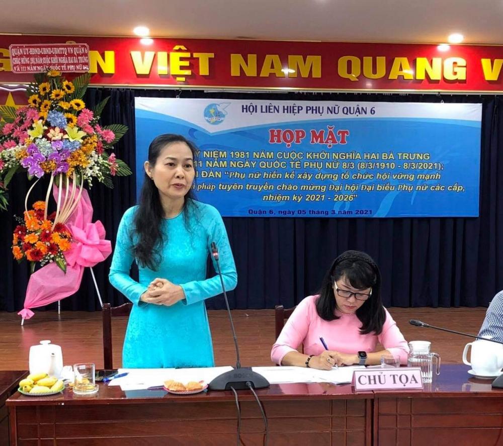 Bà Lâm Thị Ngọc Hoa- Phó chủ tịch Thường trực Hội LHPN TPHCM cùng trao đổi, ghi nhận những ý kiến với những đóng góp, hiến kế  của cán bộ hội viên Q.6