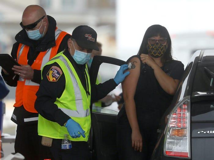 Một phụ nữ được tiêm vắc-xin COVID-19 tại Oakland Coliseum vào ngày 16/2 - Ảnh: Business Insider/ Getty Images