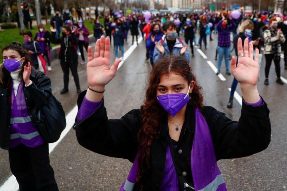 Những phụ nữ tham gia tụ tập tuân thủ nghiêm quy tắc xa cách xã hội trong mùa dịch.
