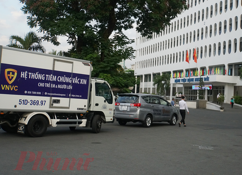 Sáng 8/3, lô vắc-xin ngừa COVID-19 đầu tiên đã đến Bệnh viện Bệnh nhiệt đới TPHCM để thực hiện tiêm ngừa cho lực lượng tuyến đầu phòng, chống COVID-19. Đúng 7g, xe chuyên dụng vận chuyển vắc-xin đã đến bệnh viện.