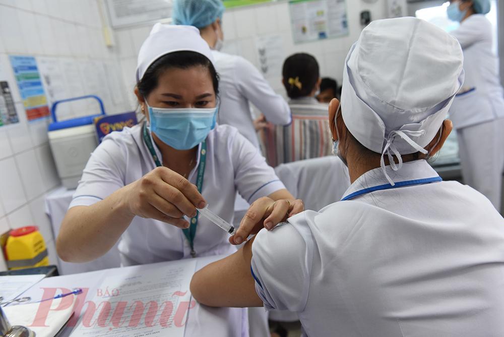 Tiến sĩ - bác sĩ Nguyễn Văn Vĩnh Châu – Giám đốc Bệnh viện Bệnh nhiệt đới TPHCM, dự kiến có khoảng 900 nhân viên y tế tại bệnh viện được tiêm, đợt 1 này có 100 nhân viên thường xuyên chống dịch và nhân viên tiếp xúc, điều trị cho bệnh nhân COVID-19 tại khoa Nhiễm D được ưu tiên tiêm ngừa.
