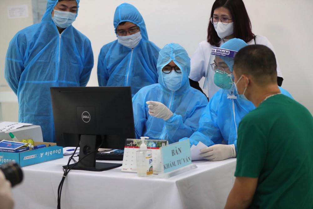 Hơn 40 nhân viên y tế của Bệnh viện Bệnh Nhiệt đới Trung ương đã được tiêm vắc xin, tính tới 11g trưa 8/3.