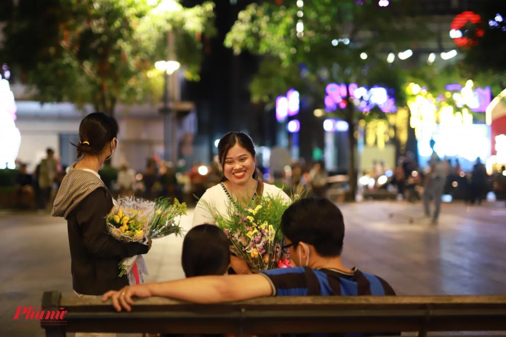 Các sinh viên tranh thủ bán hoa tại phố đi bộ