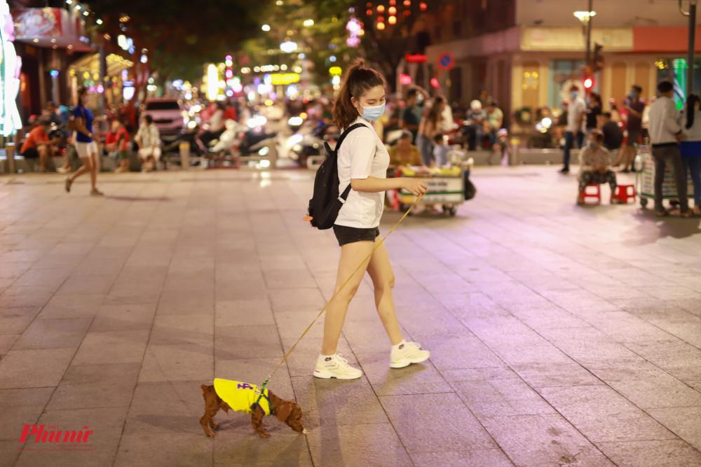 Nhiều bạn trẻ chỉ đi một mình, cùng với 1 chú cún đáng dễ thương