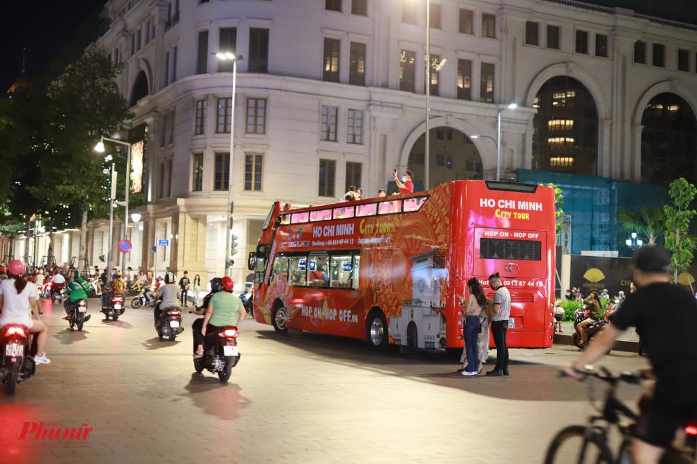 Tại một góc đường, xe buýt 2 tầng vẫn đang phục vụ người đi thưởng lảm thành phố về đem