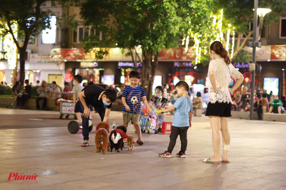 Các em nhỏ cũng được người thân đưa ra phố đi bộ vui chơi