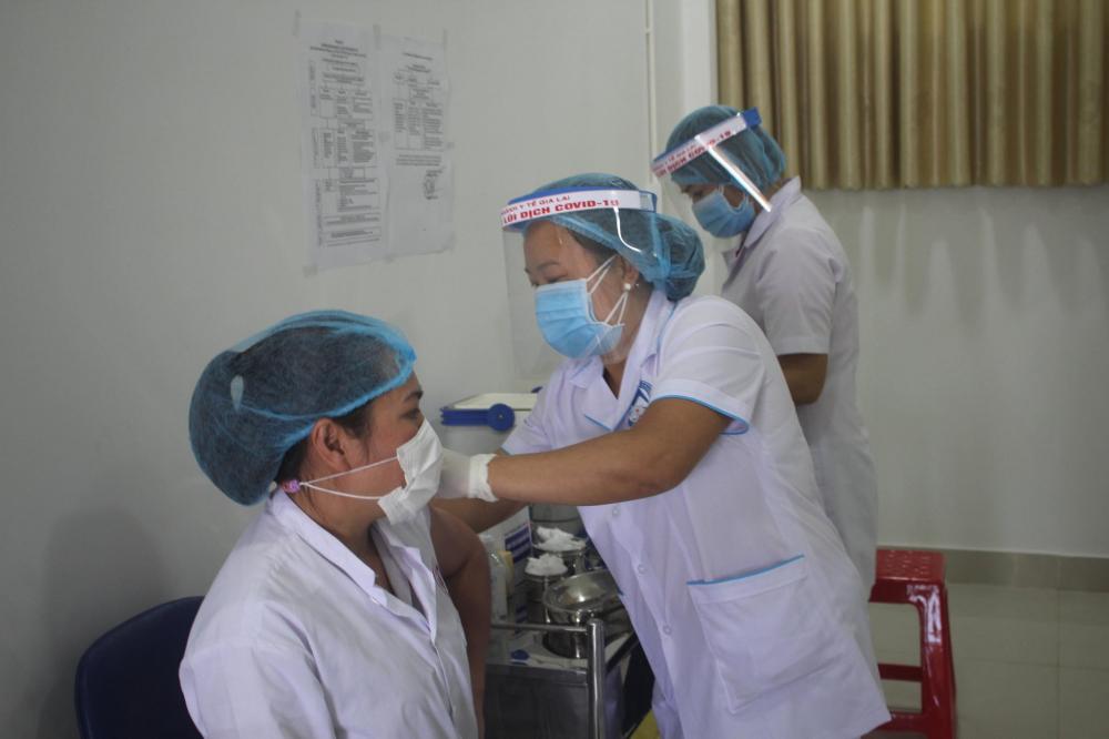 Hàng chục nhân viên y tế tại Bệnh viện Dã chiến tỉnh Gia Lai được tiêm vắc xin COVID-19