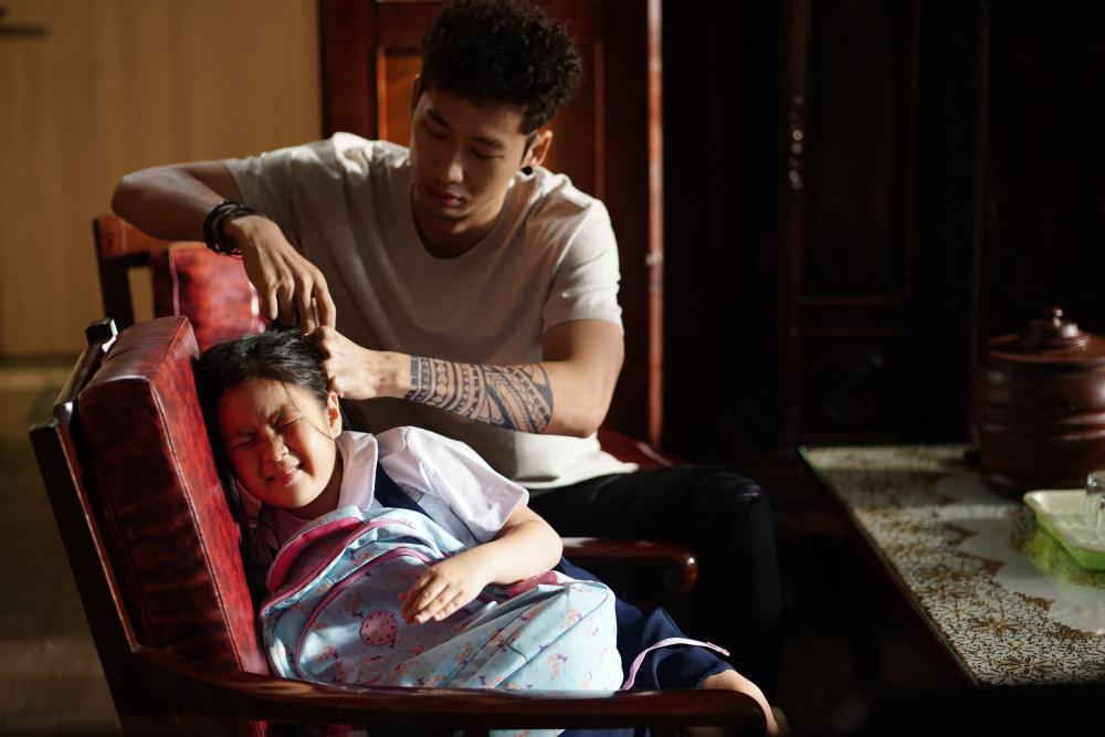 Diễn viên Tuấn Trần và diễn viên nhí Ngân Chi có màn hoá thân khá tốt trên phim.