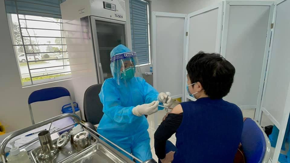 Tiêm vắc xin ngừa COVID-19 tại Bệnh viện Bệnh nhiệt đới Trung ương, ngày 9/3