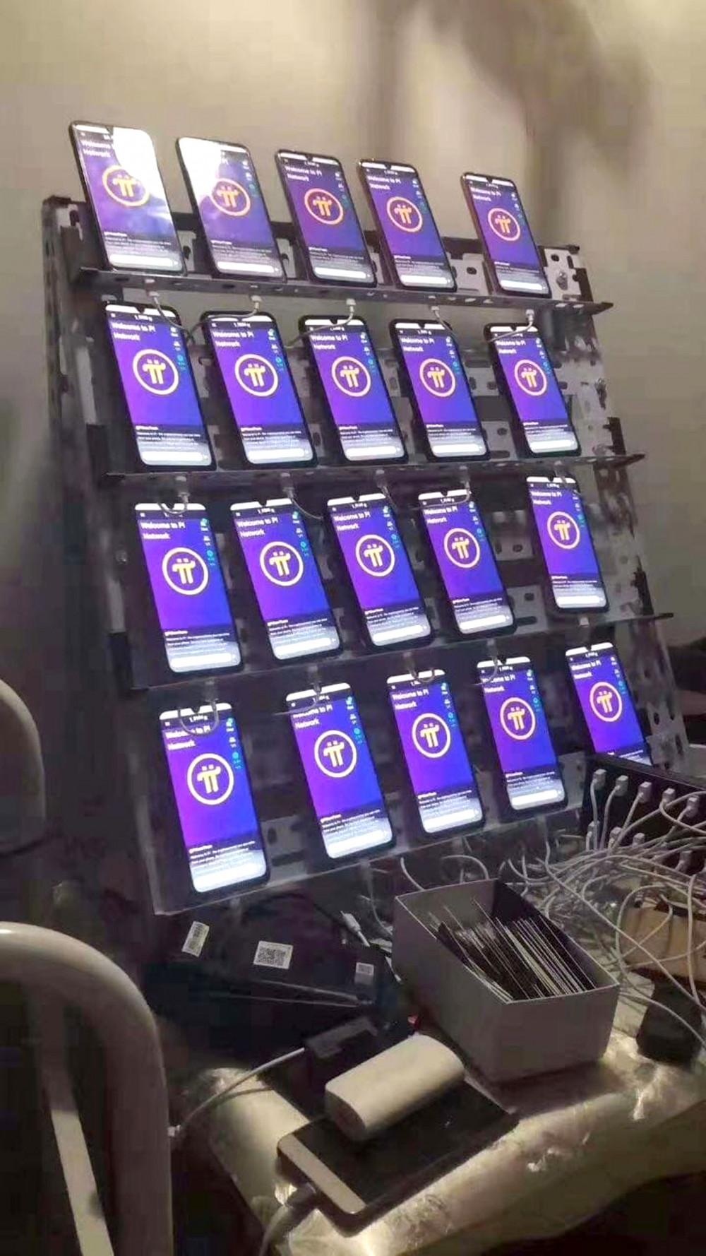 Một số người sẵn sàng đầu tư hàng chục chiếc điện thoại với hy vọng đào được nhiều đồng tiền pi - Ảnh: Thanh Hoa