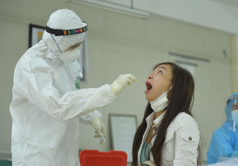 Hà Nội sẽ xét nghiệm 4.000 mẫu để phát hiện sớm nguy cơ lây nhiễm COVID-19 (ảnh minh họa)