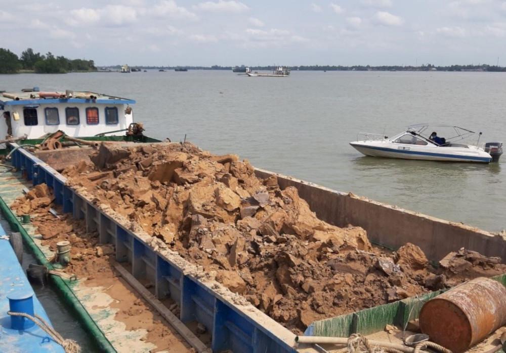 Các sà lan chở đất sét khai thác trái phép trên sông Hậu bị cơ quan chức năng đưa về tạm giữ