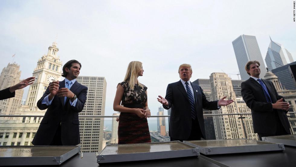 Tỷ phú Donald Trump và các con của ông (từ trái sang) Donald, Jr., Ivanka và Eric trong cuộc họp báo tại Trump International Hotel and Tower ở Chicago vào ngày 24/9/2008