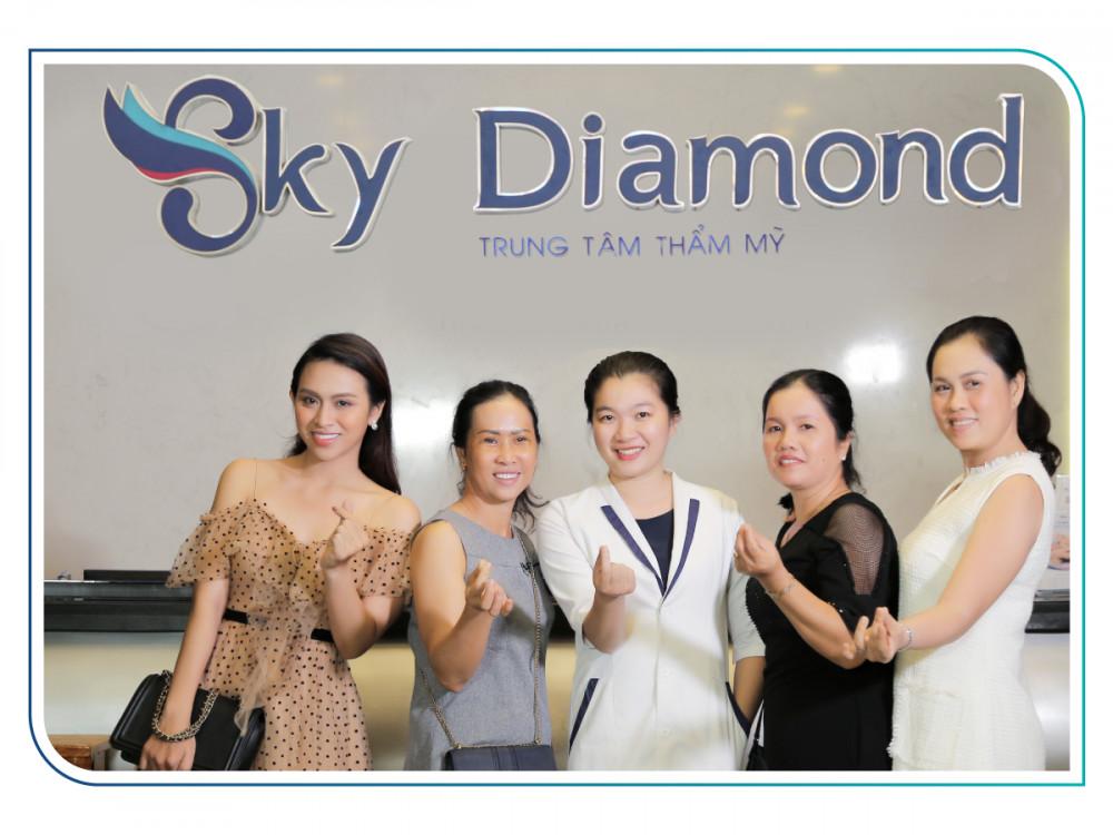 Ca sĩ Trương Diễm đưa mẹ và các dì từ Kiên Giang đi làm đẹp. Ảnh: Sky Diamond cung cấp