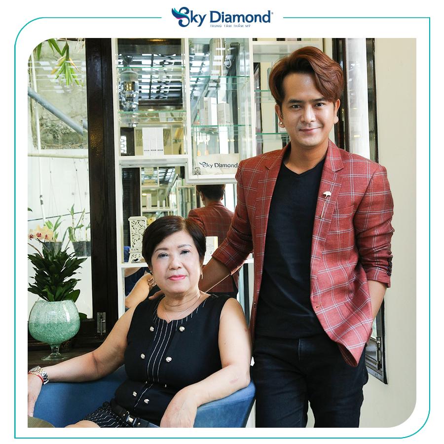 Hùng Thuận chụp hình kỷ niệm cùng mẹ sau 15 ngày treo mày, lấy mỡ mí dưới. Ảnh: Sky Diamond cung cấp