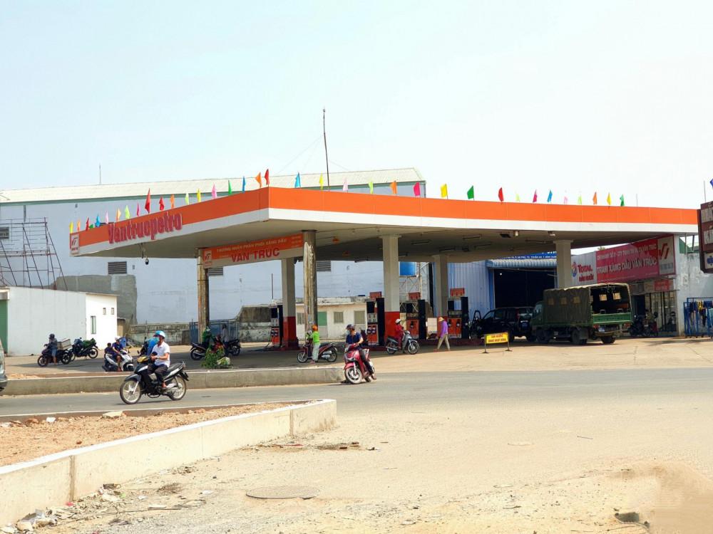Cây xăng Vân Trúc ở An Phú đặt biển tạm ngưng để nhập hàng