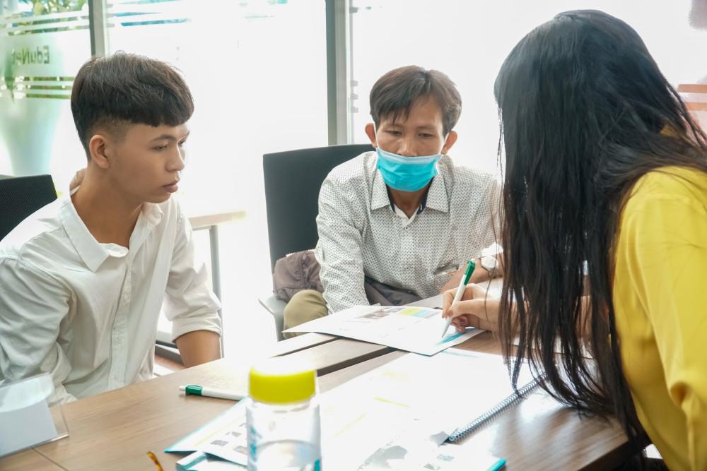 Phụ huynh, thí sinh tìm hiểu thông tin về ngành nghề, học phí, học bổng tại Trường ĐH Công nghệ TPHCM