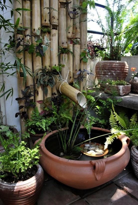 Hình 8. Một ống dẫn nước bằng tre lấy cảm hứng từ Nhật Bản với cây xanh, một chiếc bát sứ và đá cuội trang trí mang hương vị thiên nhiên yên bình, tươi mát cho sân vườn.