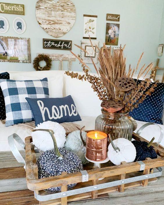 Hình 2. Khay gỗ mộc mạc với hoa cỏ khô và một vài quả bí ngô nho nhỏ bài trí xung quanh ánh nến nổi bật phong cách cổ điển cho phòng khách.