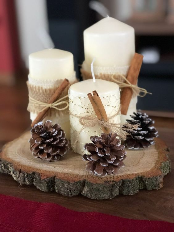 Hình 5. Những nến trụ trắng được kết lại đặt trên gỗ cổ thụ và quả thông khô mang theo không khí của xứ sở bạch dương lãng mạn.