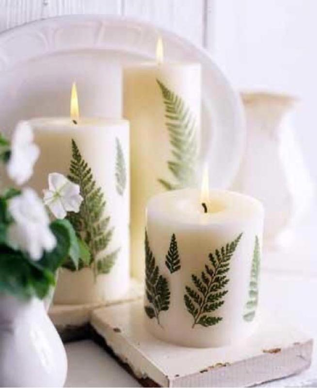 Hình 6. Cây nến được chấm phá những lá dương xỉ xanh tươi kết hợp với gỗ lót màu trắng cùng với một ít cánh hoa mỏng manh tạo cảm giác mát mẻ và thanh lịch cho ngôi nhà.